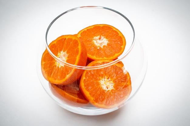 Die fruchtorangenscheiben in glasvase