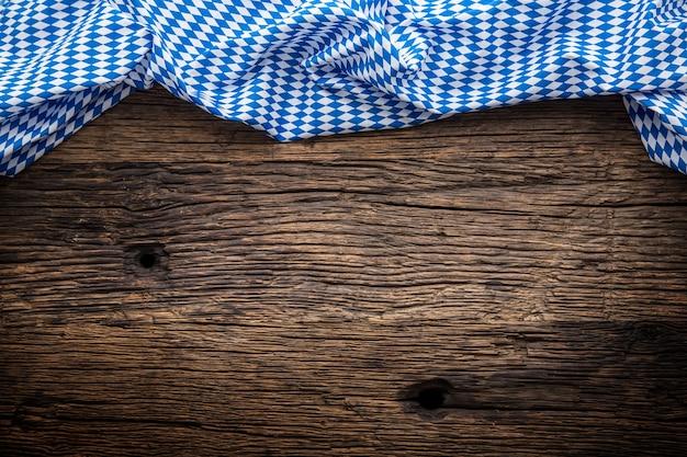 Die für das münchner bierfest typische blau karierte tischdecke auf dem deutschen oktoberfest