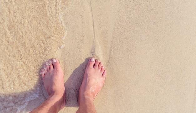 Die füße am strand mit tageslicht