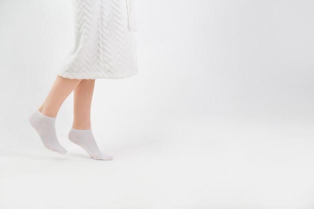 Die füße der frau gehen auf zehenspitzen zu hause