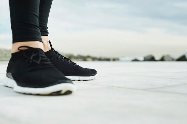 Die füße des läufermannes laufen auf straßennahaufnahme auf schuh