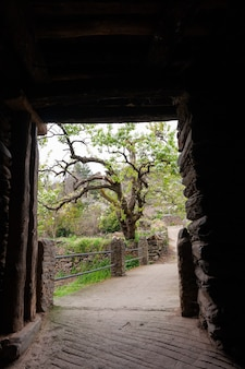 Die gänge oder tunnel aus schiefer, die in einer brücke enden, die den fluss arrago überquert