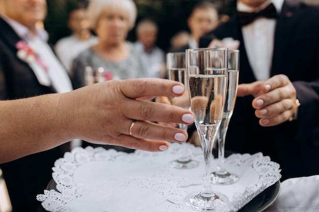 Die gäste nehmen champagner aus dem tablett