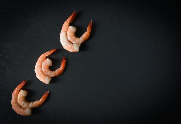 Die garnelengarnelen der meeresfrüchteschalentiere sechs, die gekocht für lebensmittel gekocht werden, verzieren auf tabellenabendessen