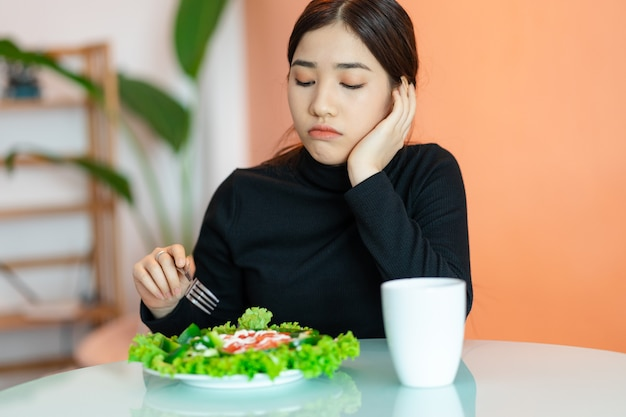 Die gelangweilte frau will nicht essen