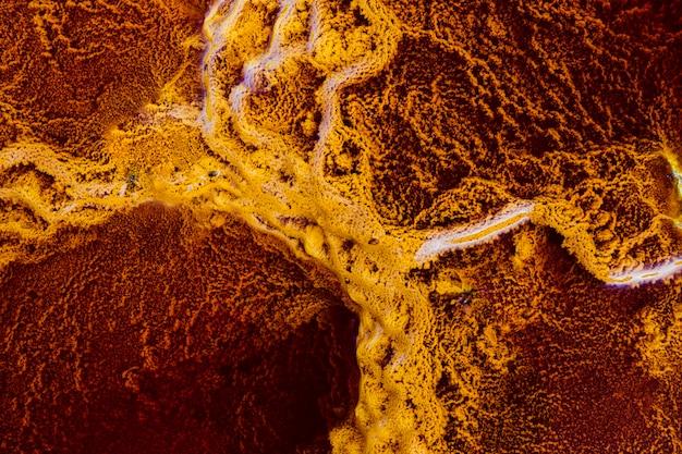 Die gelben stromatolithen sind umgeben von rotem wasser und mineralien