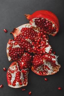 Die geöffneten früchte eines reifen offenen granatapfels liegen.