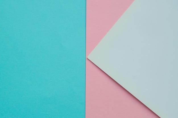 Die geometrische ebene des blauen, rosa und weißen farbpapiers legen als nächstes den hintergrund drei