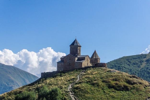 Die georgische kirche von gergeti in der nähe von mount kazbek. touristenattraktion in georgia.