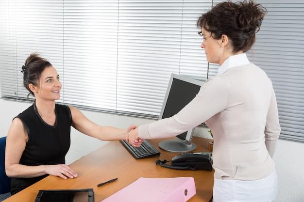 Die geschäftsfrau betritt das büro der verantwortlichen person des unternehmens