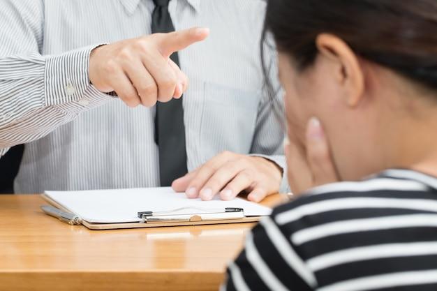 Die geschäftsfrau, die eingeschüchtert wird, nachdem vom chef gescholten worden ist