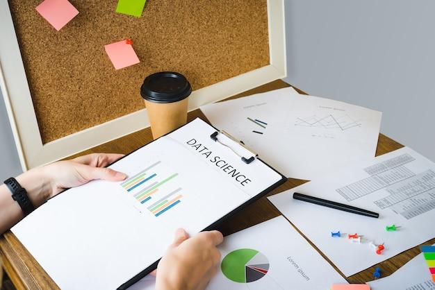 Die geschäftsfrau führt eine finanzanalyse der verfügbaren daten mithilfe von grafiken und tabellen durch.
