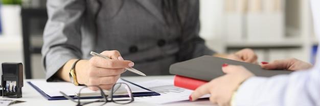 Die geschäftsfrau führt in ihrem büro ein interview, in dem sie das konzept eines vorstellungsgesprächs übergibt
