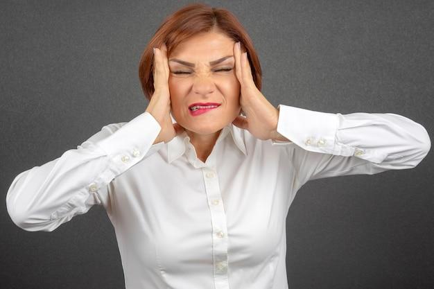 Die geschäftsfrau ist müde und besorgt. stress und kopfschmerzen. arbeitsschocks.