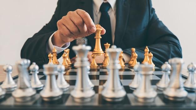 Die geschäftsmannführung, die schach spielt und strategieplan über absturz denkt, stürzen das gegenüberliegende team und die entwicklung analysieren für erfolgreiches des unternehmens