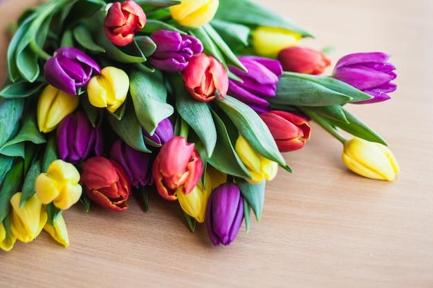 Die geschnittenen tulpen in einer vase. tulpen auf schwarzem hintergrund. welke der blume.