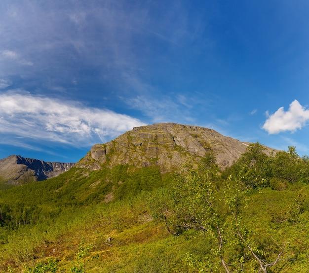 Die gipfel der berge, khibiny und bewölkter himmel. kola-halbinsel, russland.