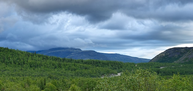 Die gipfel der berge, khibiny und bewölkter himmel. kola-halbinsel,