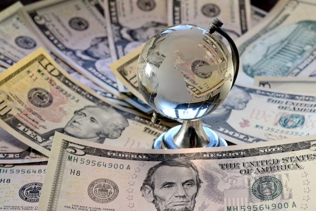 Die glaskugel befindet sich auf der banknote des us-dollars