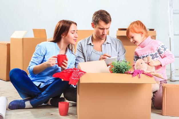 Die glückliche familie bei reparatur und umzug die familie bei der wohnungsplanung