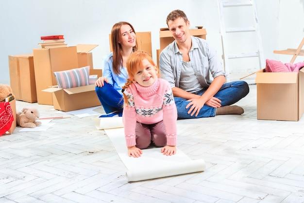 Die glückliche familie bei reparatur und umzug