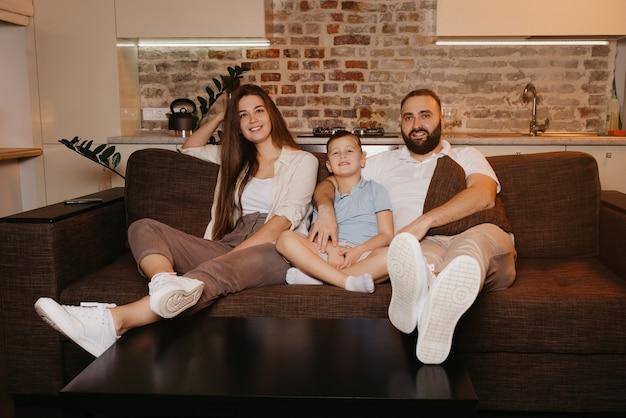 Die glückliche familie genießt den abend zu hause