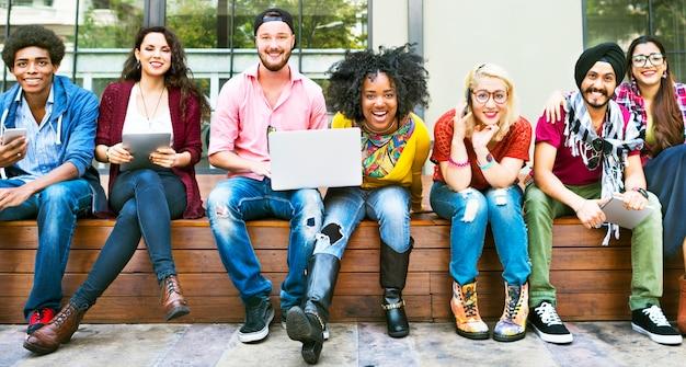 Die glückliche freund-zusammengehörigkeits-freundschaft genießen konzept