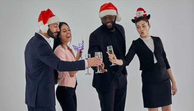 Die glücklichen geschäftsleute, die champagner trinken