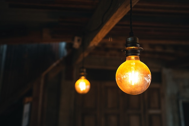 Die glühbirne im café tagsüber, orange glühbirne
