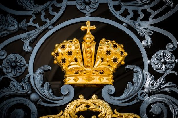 Die goldene krone des russischen reiches mit antikem metallschmieden.