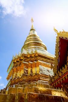 Die goldene pagode wird im tempel beleuchtet und die sonne scheint durch.