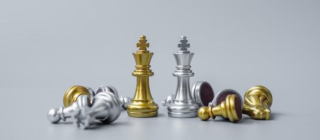 Die goldene schachkönigfigur hebt sich während des schachbretts von der menge der feinde oder gegner ab.