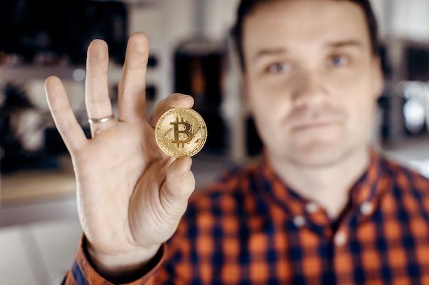 Die goldmünze wird mit zwei fingern festgeklemmt