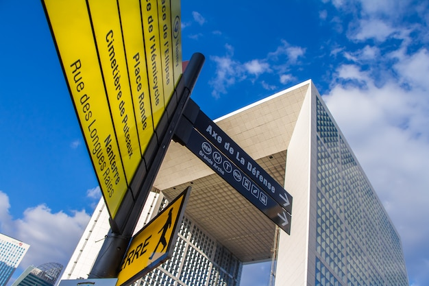 Die grande arche und gelbe touristenattraktionen im viertel la defense in paris
