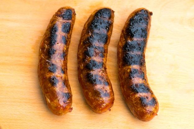 Die grillwurst auf einem holzbrett
