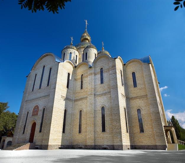 Die größte in der ukraine orthodoxe st. erzengel-michael-kathedrale in der stadt tscherkassy.