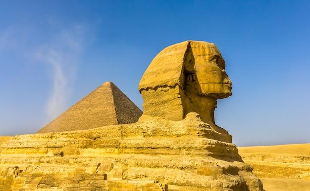 Die große sphinx und die große pyramide von gizeh