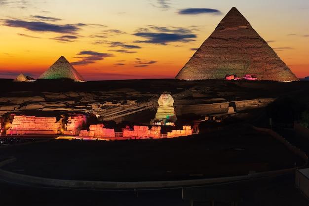 Die großen pyramiden von gizeh, nachts erleuchtet, ägypten.