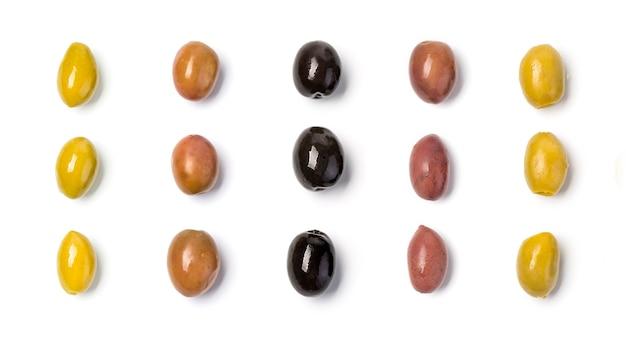 Die grünen und schwarzen oliven lokalisiert auf weißem hintergrund.