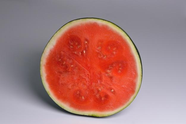 Die hälfte der frischen wassermelone isoliert auf weißem hintergrund flach draufsicht die hälfte der wassermelone