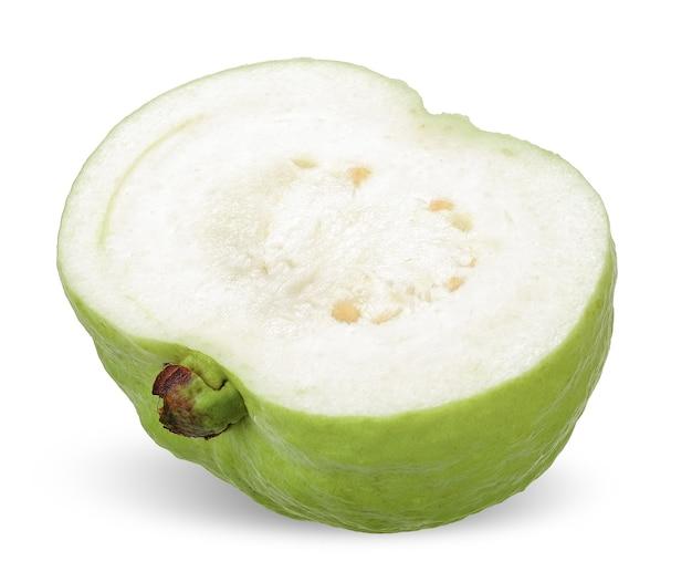 Die hälfte der grünen guavenfrucht lokalisiert auf weiß