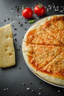 Die hälfte der italienischen pizza und gewürze