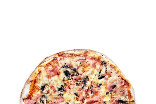 Die hälfte der pizza mit pilzen, käse und schinken lokalisiert auf weißem hintergrund mit kopienraum. draufsicht
