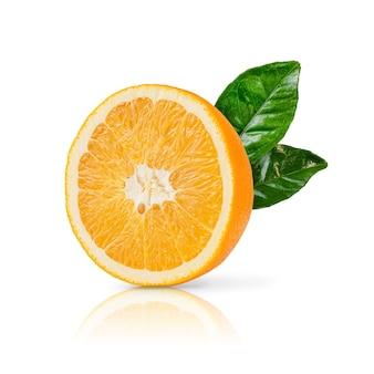 Die hälfte der reifen orangenfrucht mit den grünen blättern lokalisiert auf weißem hintergrund. nahansicht