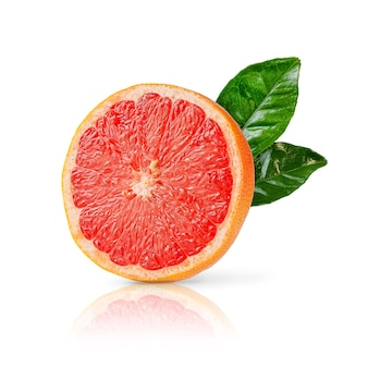 Die hälfte der reifen roten grapefruit mit den grünen blättern lokalisiert auf weißem hintergrund. nahansicht