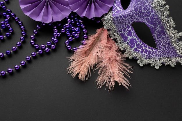 Die hälfte der viktorianischen violetten maske und federn
