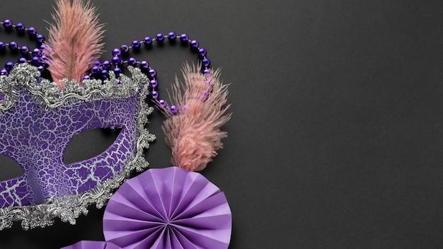 Die hälfte der viktorianischen violetten maske und papierdekorationen