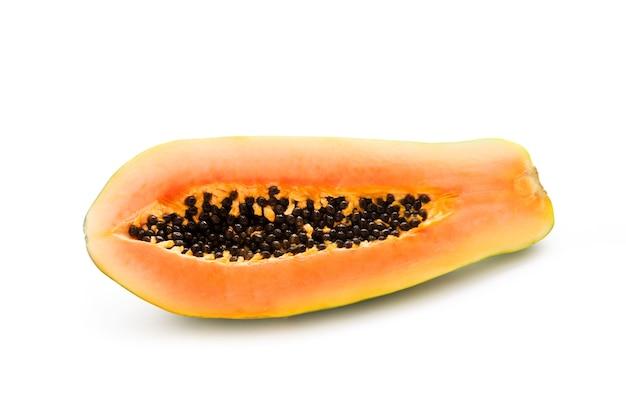 Die hälfte einer frischen papaya isoliert, nahaufnahme