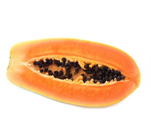 Die hälfte einer frischen und saftigen papaya isoliert, nahaufnahme