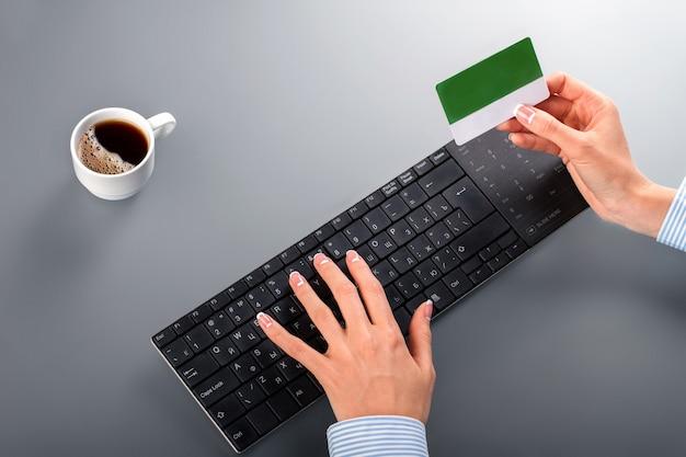 Die hände der frau, die kreditkarte halten.